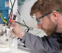 Wissenschaftler im Labor bei der Arbeit.