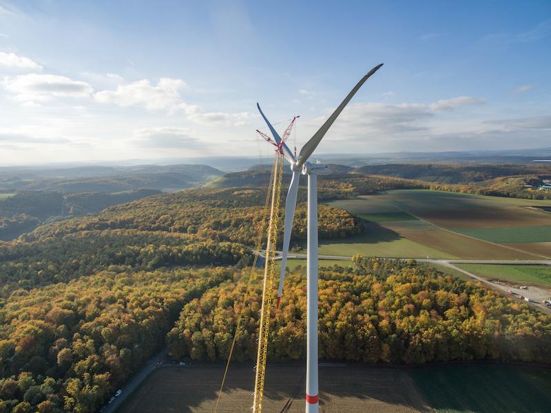 Luftbild eines Windrads mit Kran.