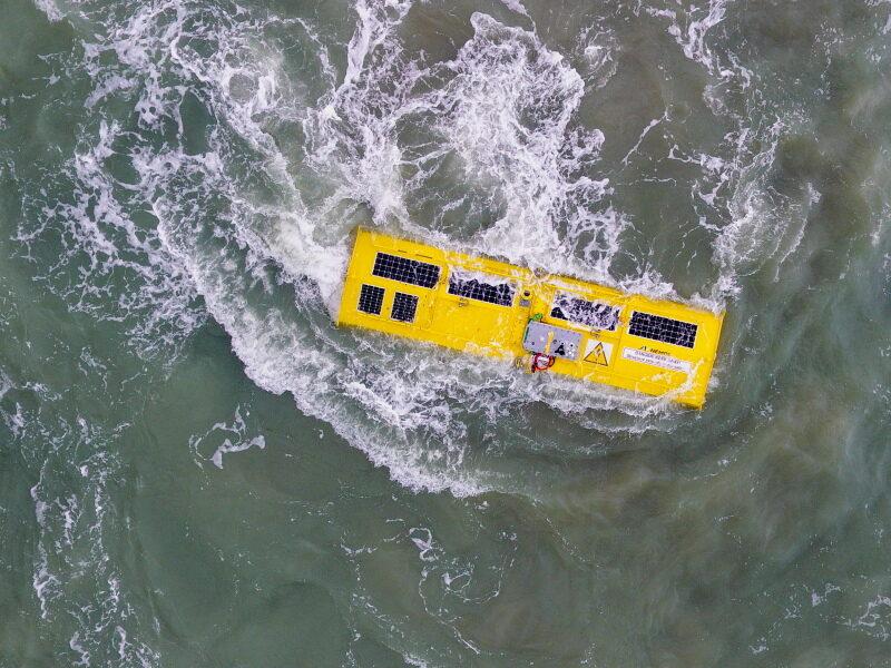 Ein Wellenkraftwerk-Prototyp in der Nordsee mit Gischt, aufgenommen aus der Luft