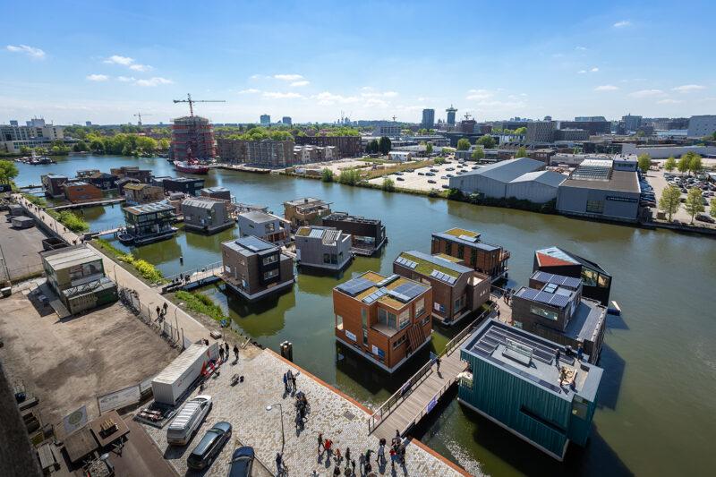 Kanal in Amsterdam mit einigen Hausbooten