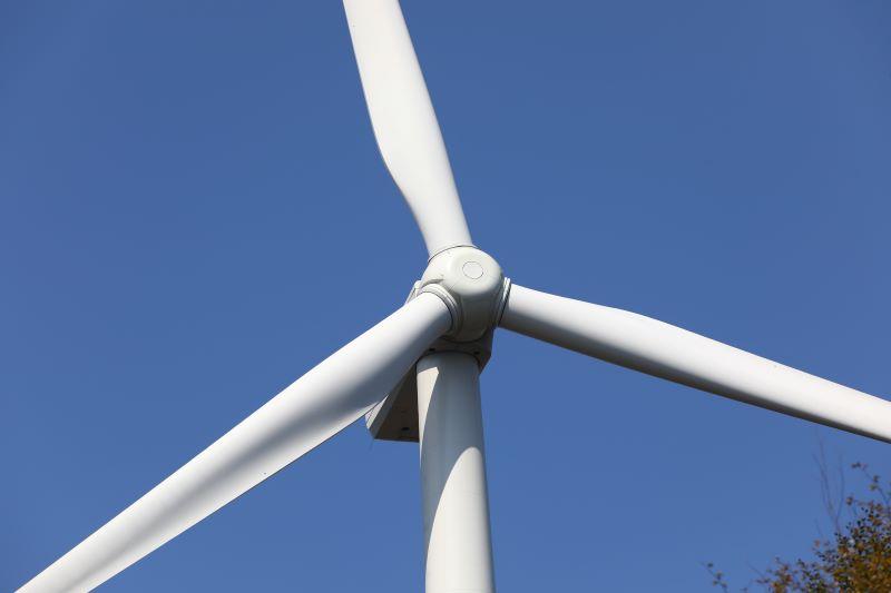 Windkraftturbine mit drei Rotorblättern.