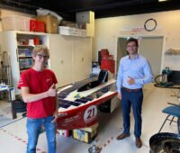 Fertig für Solar Challenge Morocco: Zwei Studenten mit Solarrennauto in Werkstatt
