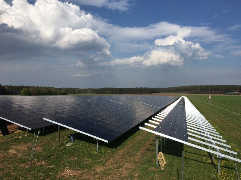Zu sehen ist eine Freiflächen-Photovoltaikanlage wie der geplante Photovoltaik-Solarpark Niederbobritzsch.