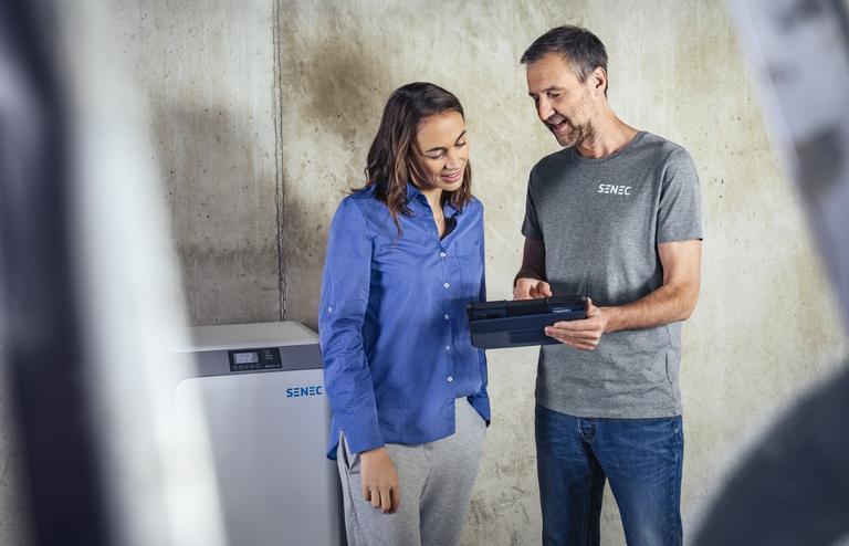 Verkaufsgespräch zwischen Installateur und Kundin von Energiespeicher