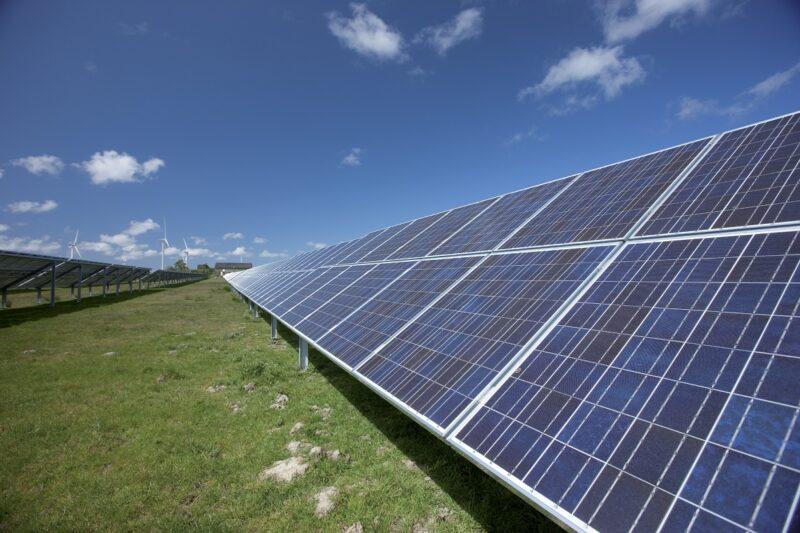Zu sehen ist eine Freiflächenanlage. Martin Schachinger stellt in seinem Kommentar zum Photovoltaik-Markt fest, dass die Module immer unhandlicher werden.