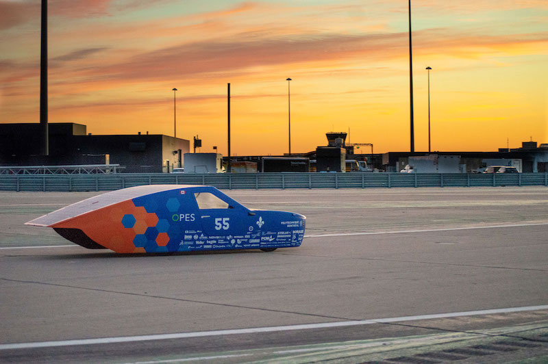 Solarauto vor Sonnenuntergang