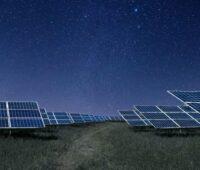 Ein Solarpark unter Sternenhimmel