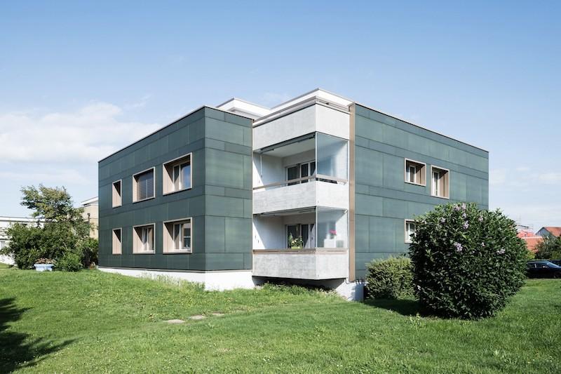 Photovoltaik-Fassade an Mehrfamilienhaus - Solarstrom in der Schweiz kommt nur wenig im Strommix vor.