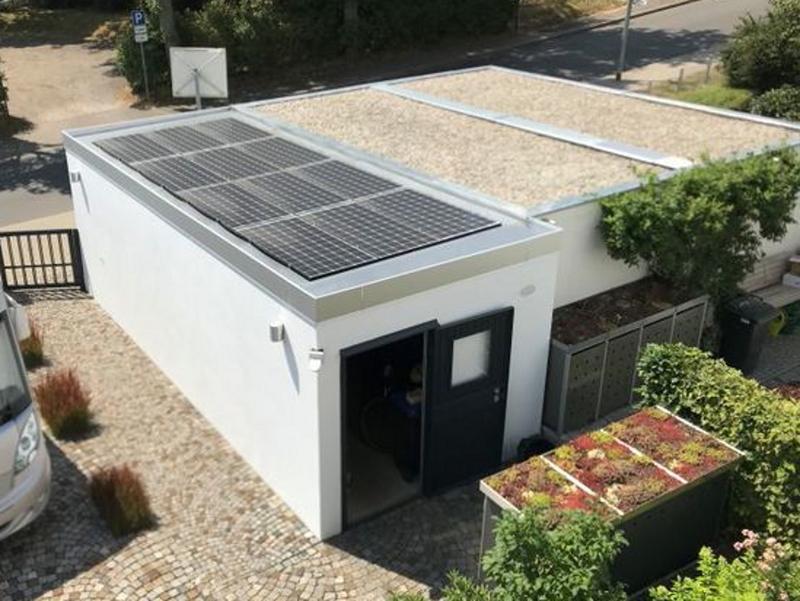 Ein Garagendach mit einer PV-Anlage aus der Vogelperspektive.