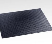 Flexibles schwarzes Solarmodul vor grauem Hintergrund.