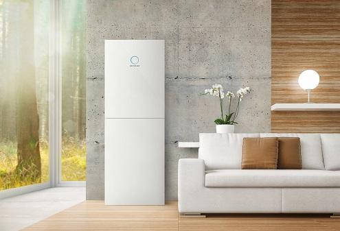 Optisch ansprechender Photovoltaik-Speicher im Wohnraum.