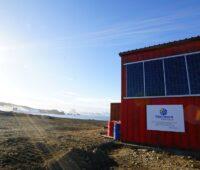 Photovoltaik in der Antarktis: Zu sehen ist die Solaranlage an der Fassade der Artigas-Basis im ewigen Eis der Antarktis.