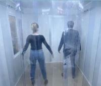 Zwei Menschen in der Desinfektionsschleuse