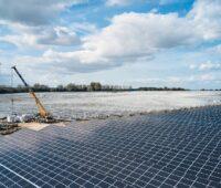 Zu sehen ist die Installation der Wechselrichter für den Photovoltaik-Solarpark in Gaarz.