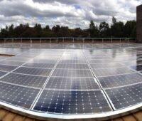 Eine Photovoltaikanlage auf dem Dach mit Weitwinkel aufgenommen.