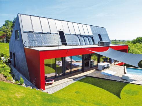 Das Bild zeigt ein modernes Haus mit solarer Wärmepumpe.