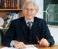 Enercon-Gründer Aloys Wobben am Schreibtisch